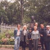 Семья М.С. Лисянского у его могилы на Ваганьковском кладбище Москвы. Из архива семьи М. Лисянского