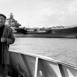Через несколько минут буксир доставит А.Кремко на авианесущий крейсер «Тбилиси». Ноябрь 1989 года. Фото из архива В. Бабича