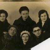 Сара (стоит крайняя слева) с друзьями. Внизу первый слева - Михаил Погреб, будущий муж Сары