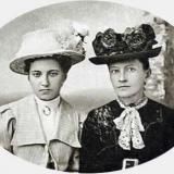 Дніпрова Чайка (праворуч) зі своєю дочкою Оксаною. 1915 рiк