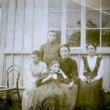 Дніпрова Чайка з дітьми. Зліва направо Оксана, Наталка, позаду - В'ячеслав