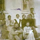 Дніпрова Чайка з дітьми В'ячеславом, Оксаною, Наталкою біля свого будинку в Херсоні